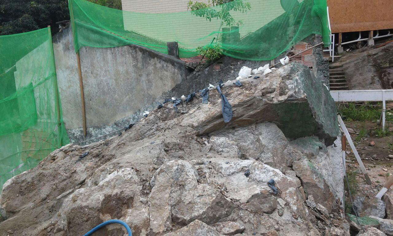 Desmonte de rocha- colocação de argamassa expansiva -outubro 2014