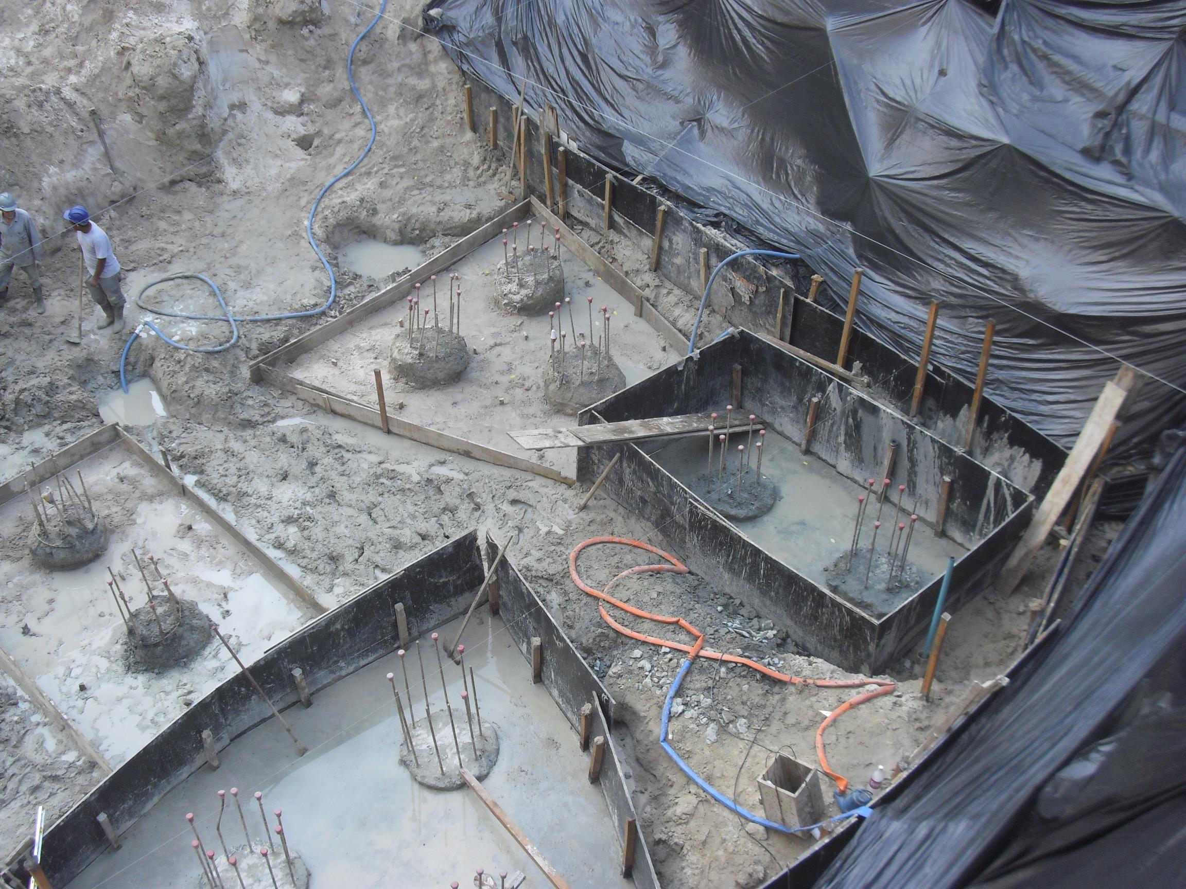 Arrasamento de Estacas e escavação do bloco - JUNHO/2014