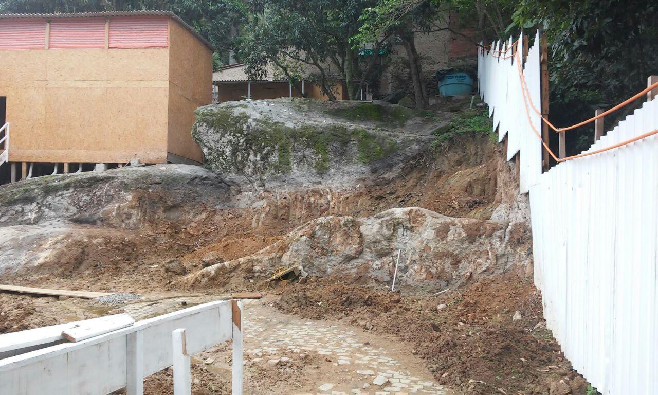 Desmonte de rocha- fundos da obra- Outubro 2014
